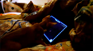Кошка играет в iPad